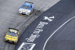 Carl Edwards, Joe Gibbs Racing Toyota, Kevin Harvick, Stewart-Haas Racing Chevrolet