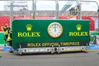 El reloj Rolex se coloca en su lugar antes del Gran Premio