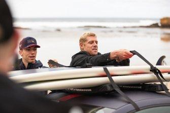 Mick Fanning avec Max Verstappen et Pierre Gasly