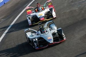 Oliver Rowland, Nissan e.Dams, Nissan IMO1leads Lucas Di Grassi, Audi Sport ABT Schaeffler, Audi e-tron FE05