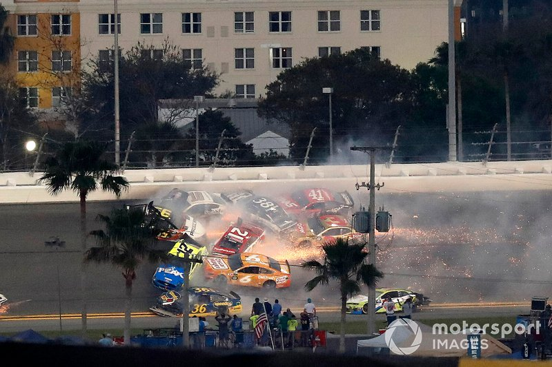 Crash, Paul Menard, Wood Brothers Racing Ford, Matt DiBenedetto, Leavine Family Toyota, Aric Almirola, Stewart-Haas Racing Ford, Ryan Blaney, Team Penske Ford