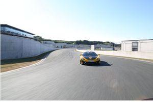 McLaren in livrea RaceCoin, avantreno