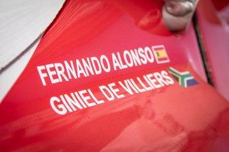 301# Toyota Gazoo Racing Toyota Hilux: Фернандо Алонсо, Жиньель де Вильерс, фамилии на кузове