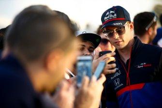 Daniil Kvyat, Toro Rosso, prend un selfie avec un fan