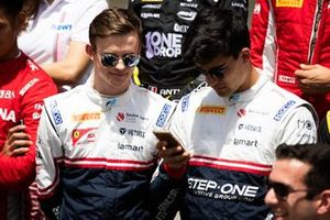 Callum Ilott, SAUBER JUNIOR TEAM BY CHAROUZ ve Juan Manuel Correa, SAUBER JUNIOR TEAM BY CHAROUZ