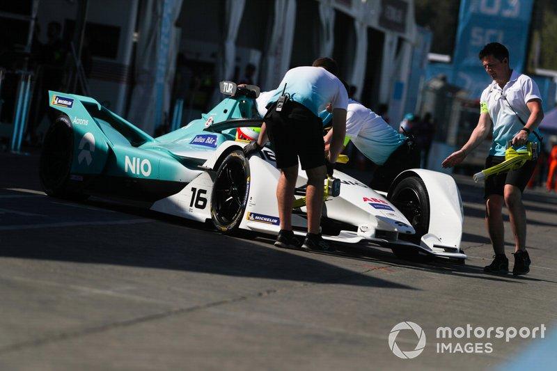 Oliver Turvey, NIO Formula E Team, NIO Sport 004 viene spinto nel garage