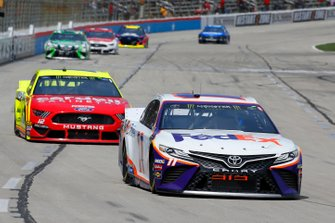 Denny Hamlin, Joe Gibbs Racing, Toyota Camry FedEx Office, Ryan Blaney, Team Penske, Ford Mustang Menards/Cardell Cabinetry