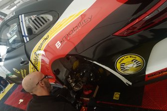 Meccanico al lavoro sulla Porsche di Patrick Kujala, Bonaldi Motorsport