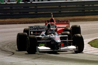 Jacques Villeneuve, Williams; Eddie Irvine, Ferrari