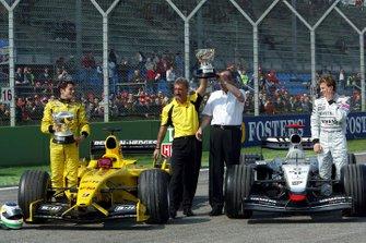 Giancarlo Fisichella, Jordan, Eddie Jordan, Team Principal Jordan, Ron Dennis, Team Principal McLaren, Kimi Raikkonen, McLaren, prendono parte al passaggio di consegna del trofeo del GP del Brasile, sulla linea di partenza