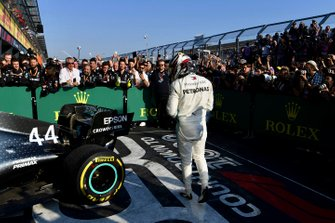 Le deuxième, Lewis Hamilton, Mercedes AMG F1, dans le Parc Fermé