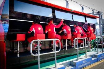 Un membre de l'équipe Ferrari sur le muret des stands