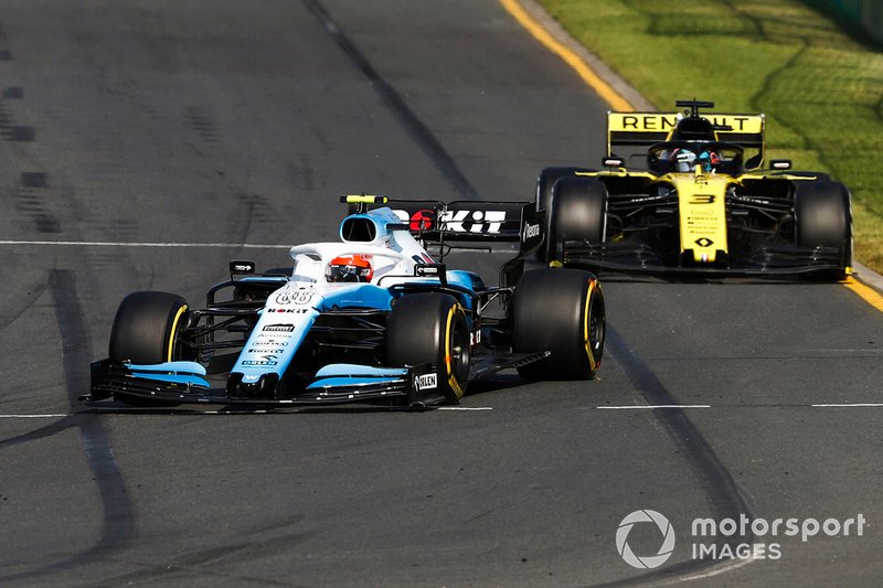 Robert Kubica, Williams FW42, leads Daniel Ricciardo, Renault F1 Team R.S.19