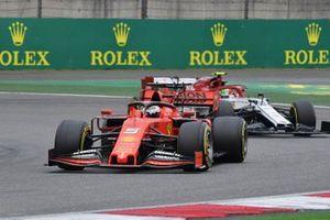 Себастьян Феттель, Ferrari SF90, и Антонио Джовинацци, Alfa Romeo Racing C38