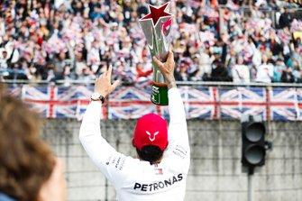 Lewis Hamilton, Mercedes AMG F1, 1° classificato, mostra il suo trofeo ai tifosi