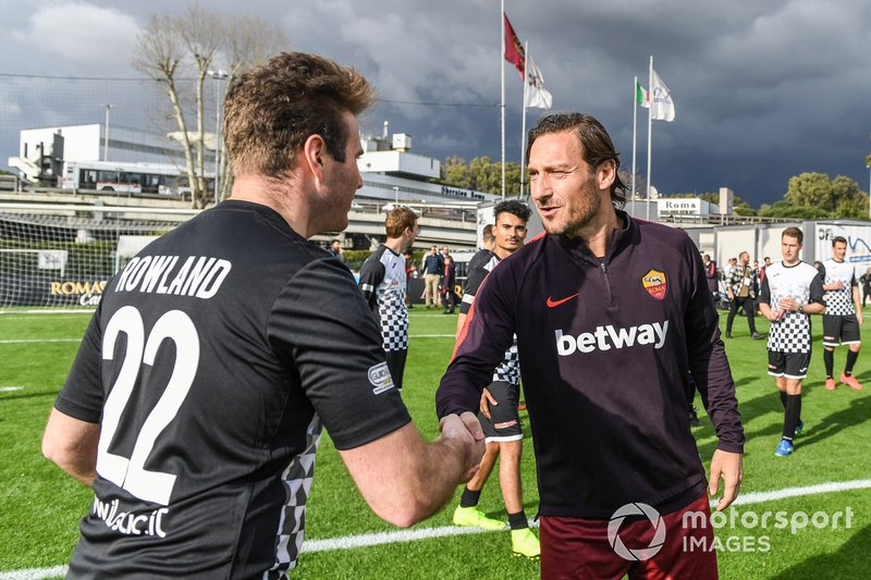 Oliver Rowland cumprimenta Francesco Totti