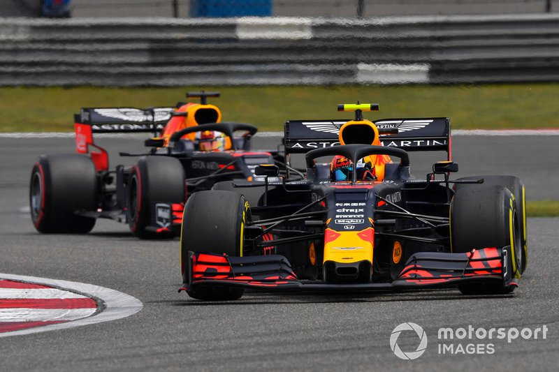 Pierre Gasly, Red Bull Racing RB15, precede Max Verstappen, Red Bull Racing RB15