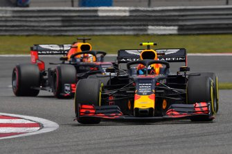 Pierre Gasly, Red Bull Racing RB15, voor Max Verstappen, Red Bull Racing RB15