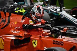 Charles Leclerc, Ferrari, esce dalla monoposto dopo aver conquistato la sua prima pole della carriera in F1
