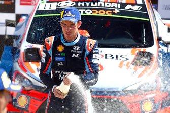 Podium: Thierry Neuville, Hyundai Motorsport