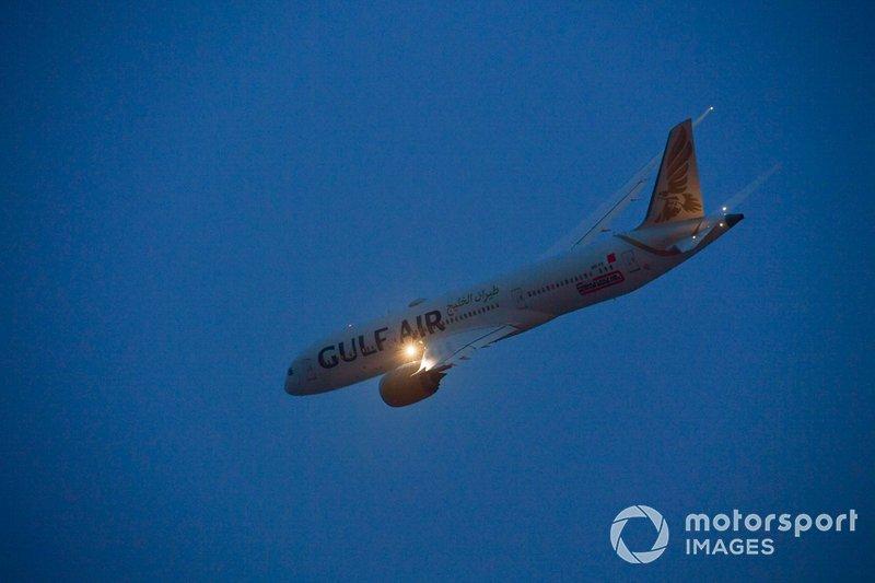 Un Boeing 787-9 Dreamliner Gulf Air sorvola la griglia prima della partenza