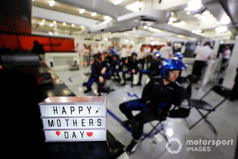 """""""Bonne fête des mères"""" de la part de l'équipe des stands de McLaren"""