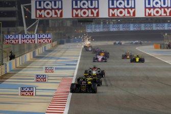 Kevin Magnussen, Haas F1 Team VF-19, devant Daniel Ricciardo, Renault R.S.19, et Kimi Raikkonen, Alfa Romeo Racing C38