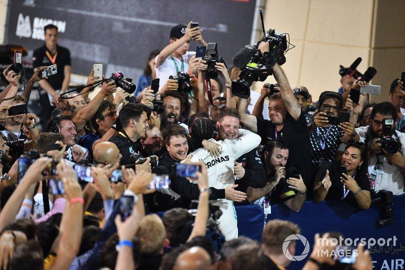Это 53-я победа Хэмилтона с Mercedes. Для сравнения: Шумахер 72 раза выиграл с Ferrari, Себастьян Феттель 38 раз выиграл с Red Bull, а Айртон Сенна 35 раз выиграл с McLaren
