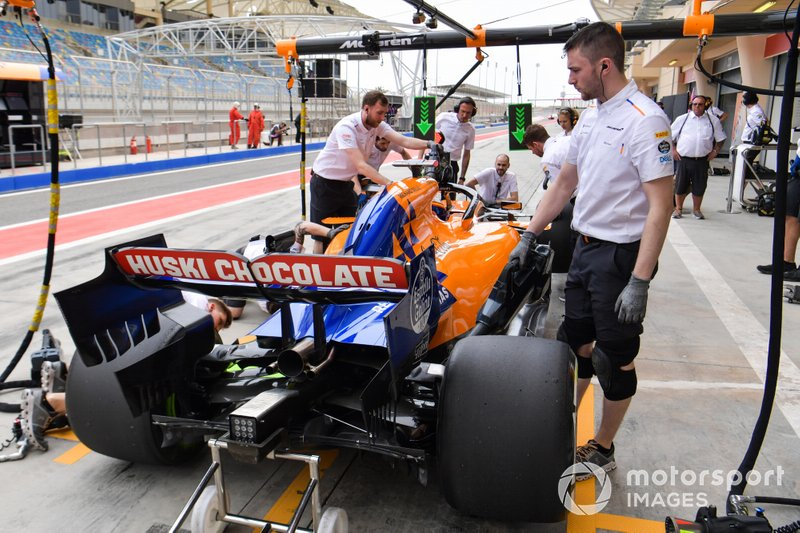 Carlos Sainz Jr., McLaren MCL34, practice pit stop