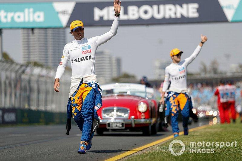 Carlos Sainz Jr., McLaren, y Lando Norris, McLaren, en el desfile de pilotos