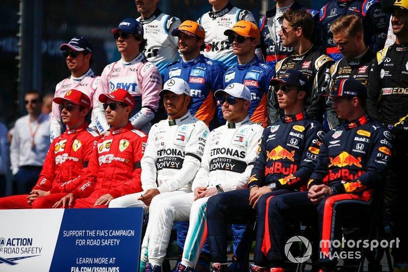 Pilotlar, Takım Elemanları ve FIA görevlileri, Charlie Whiting, FIA Yarış Direktörü anısına saygı duruşunda