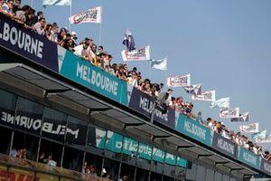 Фанаты наблюдают за гонкой с крыши над пит-лейном