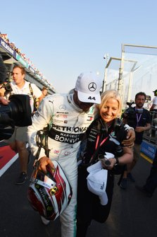 Lewis Hamilton, Mercedes AMG F1, avec sa physio Angela Cullen