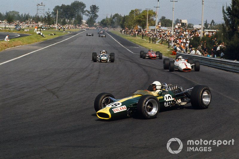 Moises Solano, Lotus 49 Ford, devant John Surtees, Honda RA300, Denny Hulme, Brabham BT24 Repco et Bruce McLaren, McLaren M5A BRM