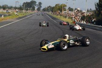 Moises Solano, Lotus 49 Ford, precede John Surtees, Honda RA300, Denny Hulme, Brabham BT24 Repco e Bruce McLaren, McLaren M5A BRM
