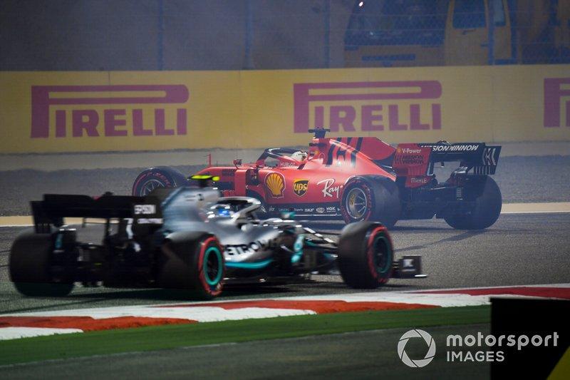 Valtteri Bottas, Mercedes AMG W10, y Sebastian Vettel, Ferrari SF90, trompeado