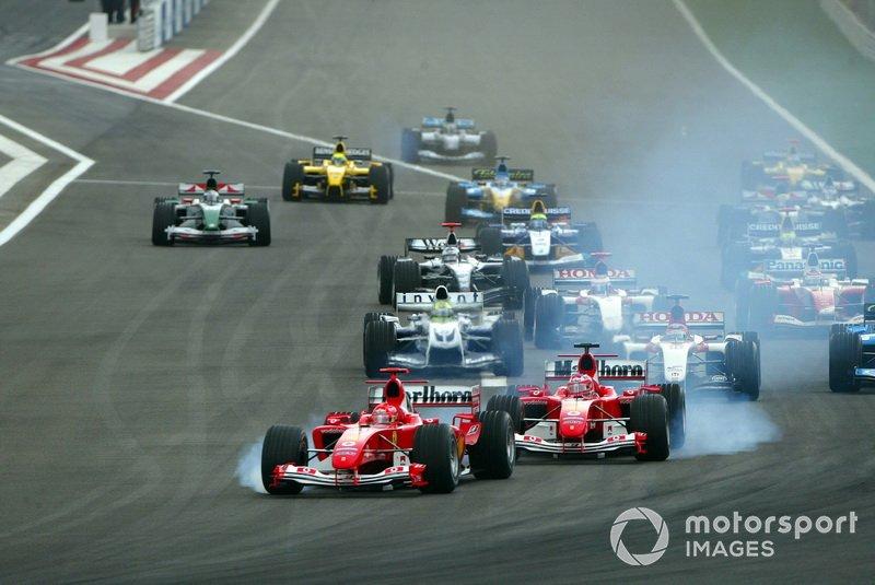 Michael Schumacher, Ferrari F2004 e Rubens Barrichello, Ferrari F2004 , al bloccaggio alla partenza della gara