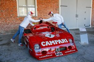 Antonio Giovinazzi, Alfa Romeo Racing y Kimi Raikkonen, Alfa Romeo Racing, se dan la mano al lado de un Alfa Romeo Tipo 33 TT12