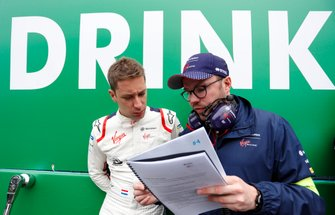Robin Frijns, Envision Virgin Racing, with an engineer on the grid