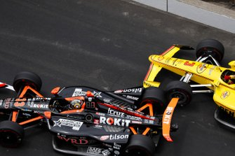 James Davison, Dale Coyne Racing Honda, Helio Castroneves, Team Penske Chevrolet crash in pitstraat