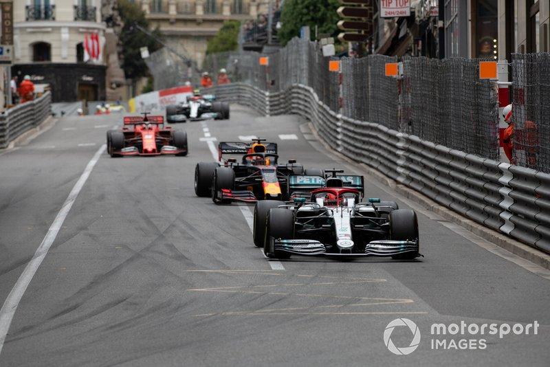 Lewis Hamilton, Mercedes AMG F1 W10, precede Daniel Ricciardo, Renault R.S.19, e Sebastian Vettel, Ferrari SF90