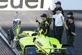 Simon Pagenaud, Team Penske Chevrolet con Roger Penske, Jim Campbell y los ingenieros de Chevrolet