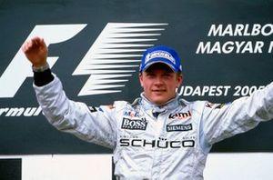Podio: il vincitore della gara Kimi Raikkonen, McLaren