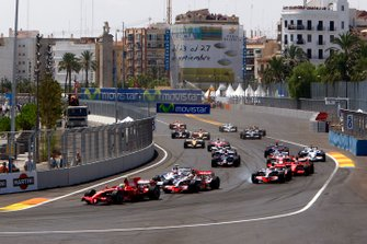 Felipe Massa, Ferrari F2008, leads Lewis Hamilton, McLaren MP4-23 Mercedes, Robert Kubica, BMW Sauber F1.08, Heikki Kovalainen, McLaren MP4-23 Mercedes, Kimi Raikkonen, Ferrari F2008, and the rest of the field at the start