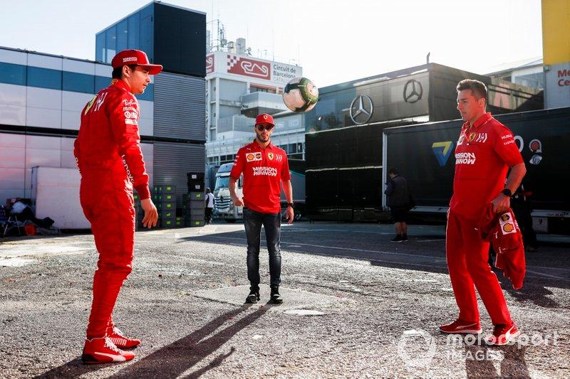 Charles Leclerc, Ferrari, juega al fútbol en el paddock con Antonio Fuoco, Ferrari, y su entrenador