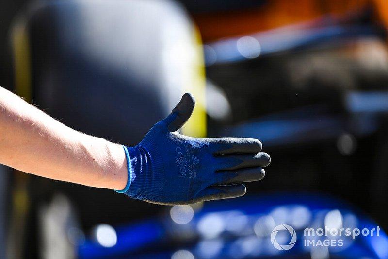 La mano di un meccanico della McLaren al pit stop