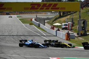 Nico Hulkenberg, Renault R.S. 19, devant George Russell, Williams Racing FW42