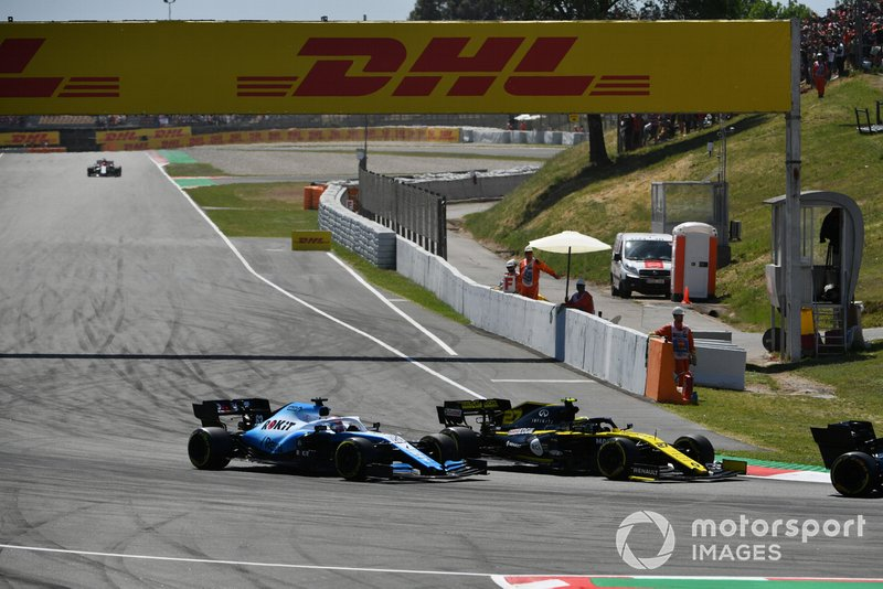 Nico Hulkenberg, Renault R.S. 19, leads George Russell, Williams Racing FW42