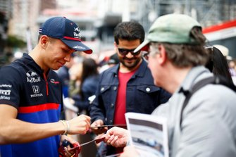 Alexander Albon, Toro Rosso signs a autograph for a fan