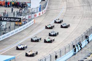 The start with Sébastien Buemi, Nissan e.Dams, Nissan IMO1, leading Stoffel Vandoorne, HWA Racelab, VFE-05, Lucas Di Grassi, Audi Sport ABT Schaeffler, Audi e-tron FE05, Gary Paffett, HWA Racelab, VFE-05, Daniel Abt, Audi Sport ABT Schaeffler, Audi e-tron FE05, Alex Lynn, Panasonic Jaguar Racing, Jaguar I-Type 3, Antonio Felix da Costa, BMW I Andretti Motorsports, BMW iFE.18, Jean-Eric Vergne, DS TECHEETAH, DS E-Tense FE19